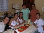 Bei Miltons Familie zu Gast: Thiago, Miltons Schwester Martha, Roberta neben (Ehemann und Bruder von Milton) Murilo, Milton sowie Fernando, Freund von Martha.