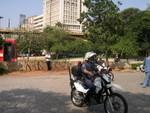 Polizei auf der Jagd nach Straßenhändlern - die haben sich allerdings zehn Sekunden vor dieser Aufnahme in Sicherheit gebracht